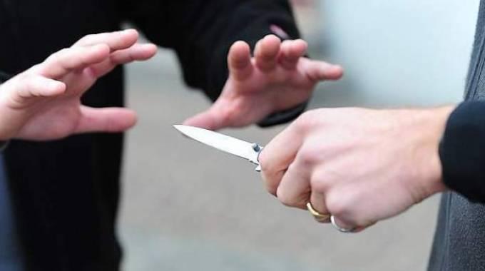 Accoltella un uomo dopo una lite stradale a Casal del Marmo,…