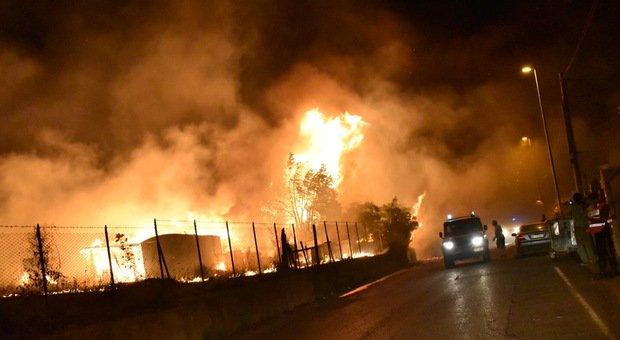 Civitavecchia, fiamme nella zona del Faro