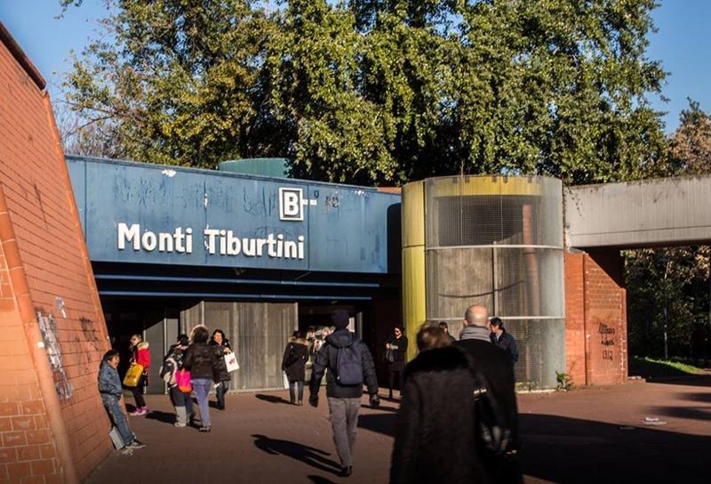 Roma, ubriaco e armato di 2 coltelli minaccia passeggeri metro: arrestato