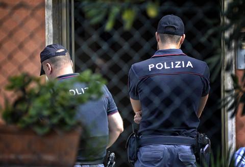 Omicidio a Roma, donna soffocata in casa con un asciugamano