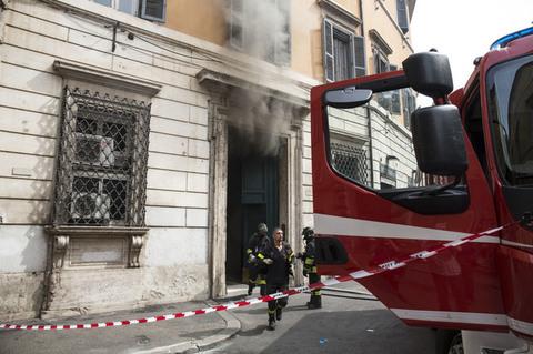 Roma, incendio in centro e traffico in tilt