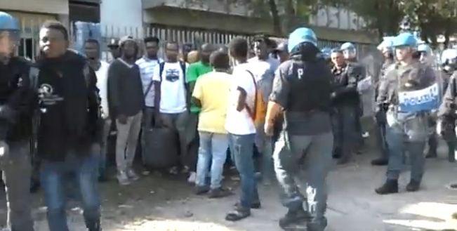 Roma, immigrati contro lo sgombero: bloccata la Tiburtina, cassonetti rovesciati