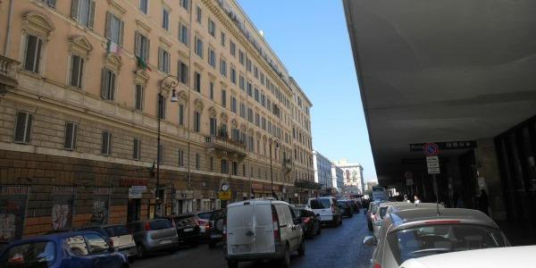 Roma, extracomunitario ruba il telefono a una ragazza e picchia il fidanzato