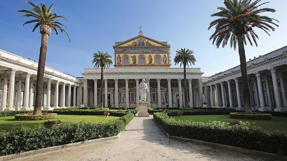 Crepe nella basilica di San Paolo a Roma, chiusa per verifiche