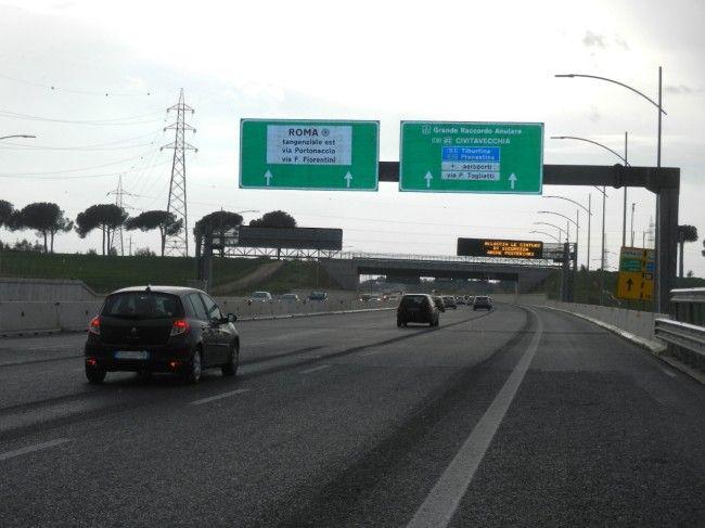 Inseguimento su A24: auto in fuga causa incidenti e si ribalta