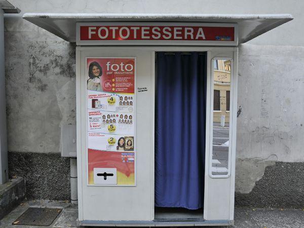 Cabina Fototessere Torino : Spacciava droga dentro una cabina per fototessere al celio