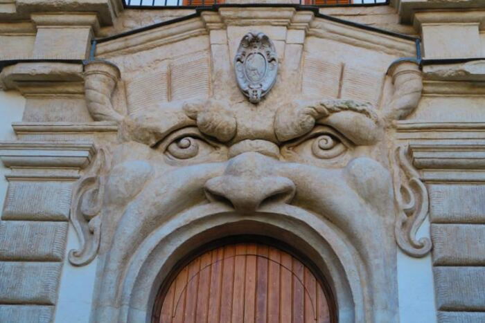 Il mascherone centrale di palazzo Zuccari