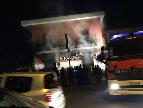 Roma, incendio in un bar in via Appia Pignatelli