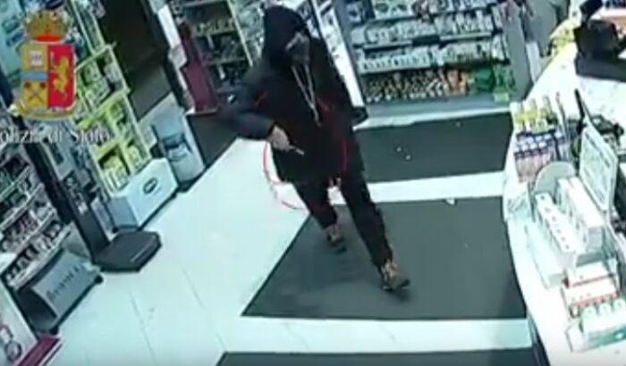 Rapina la farmacia armato di coltello, un cliente coraggioso lo fa scappare